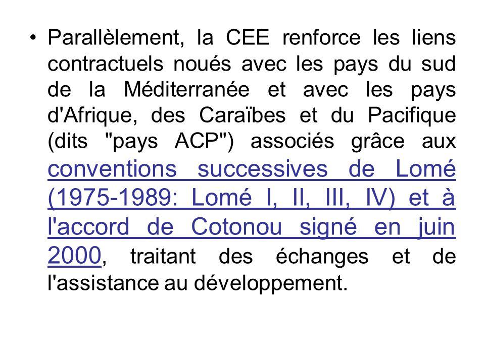 Parallèlement, la CEE renforce les liens contractuels noués avec les pays du sud de la Méditerranée et avec les pays d'Afrique, des Caraïbes et du Pac