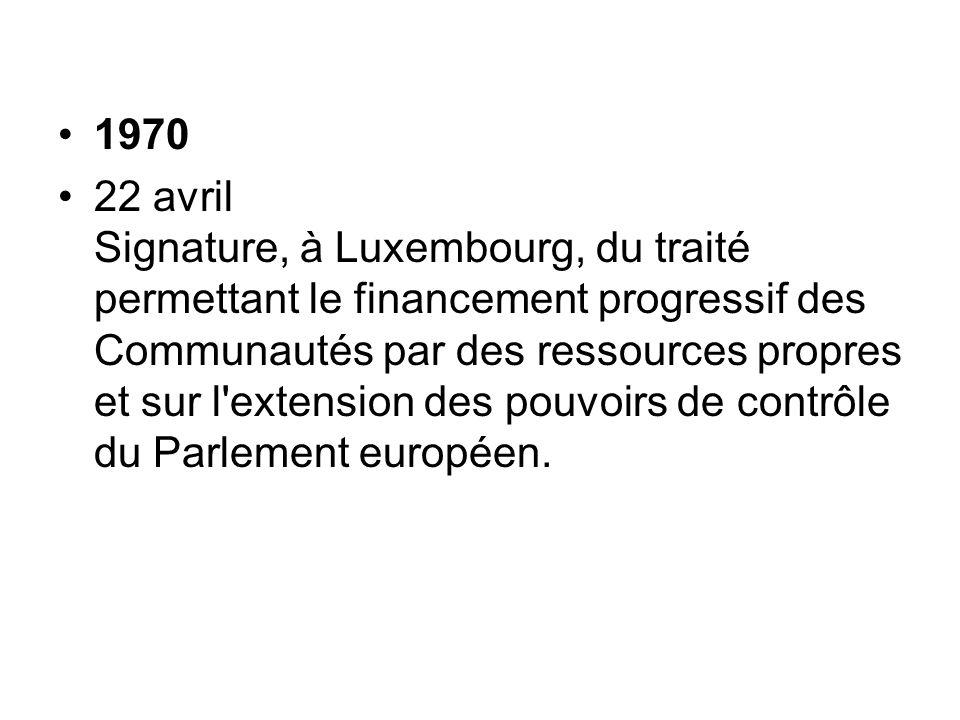 1970 22 avril Signature, à Luxembourg, du traité permettant le financement progressif des Communautés par des ressources propres et sur l'extension de