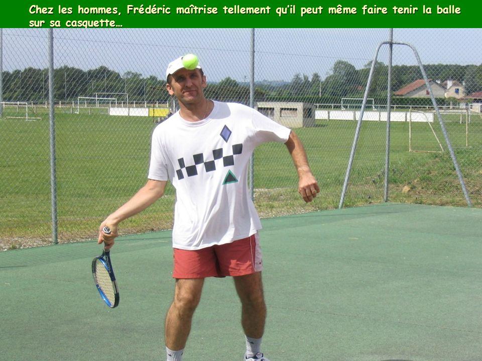 Chez les hommes, Frédéric maîtrise tellement quil peut même faire tenir la balle sur sa casquette…