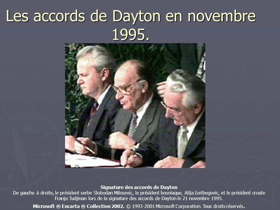 Les accords de Dayton en novembre 1995. Signature des accords de Dayton De gauche à droite, le président serbe Slobodan Milosevic, le président bosnia