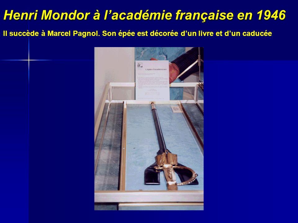 Henri Mondor à lacadémie française en 1946 Il succède à Marcel Pagnol. Son épée est décorée dun livre et dun caducée