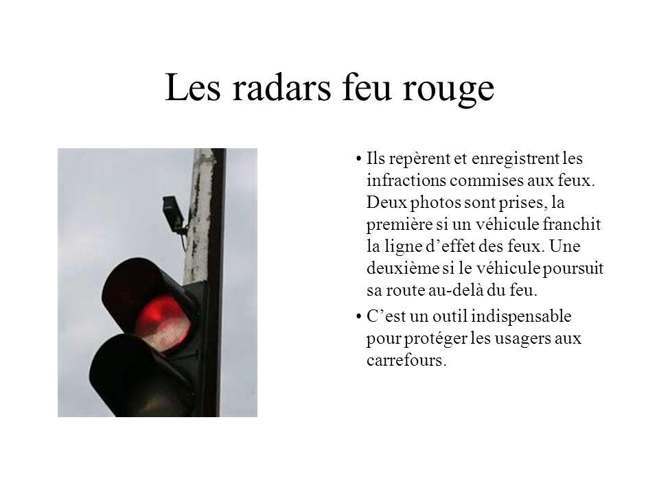 Les radars feu rouge Ils repèrent et enregistrent les infractions commises aux feux. Deux photos sont prises, la première si un véhicule franchit la l