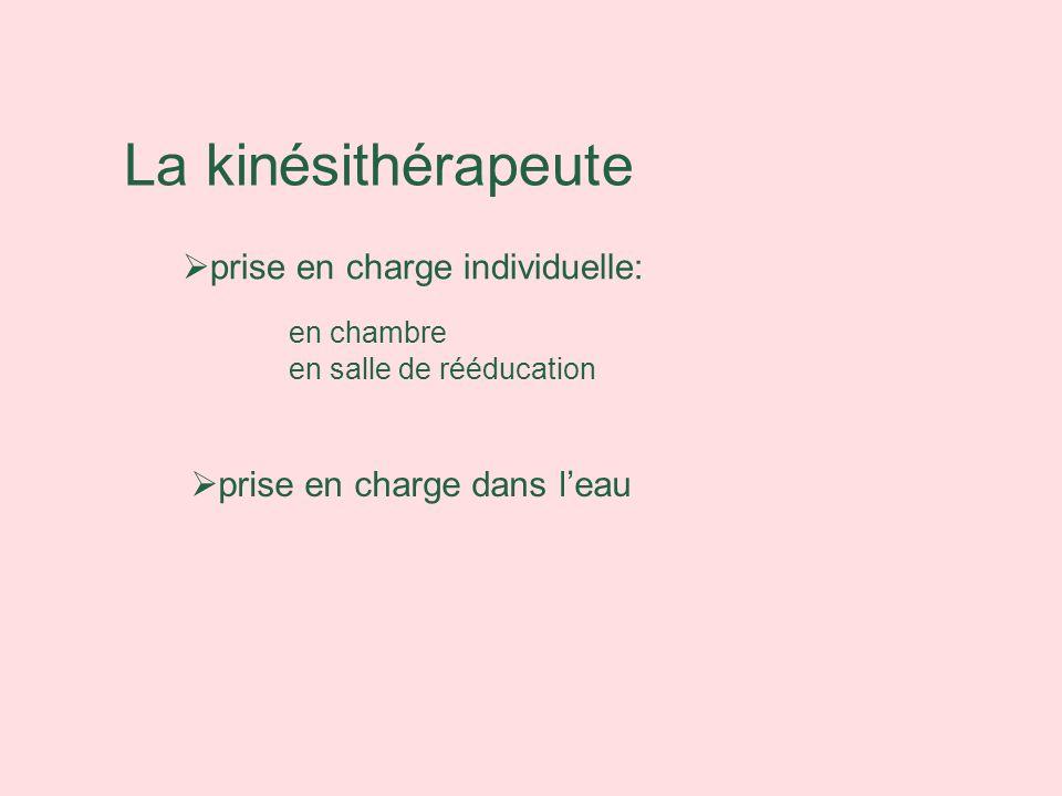 La kinésithérapeute prise en charge individuelle: en chambre en salle de rééducation prise en charge dans leau