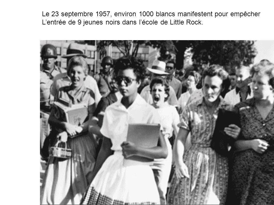 Le 23 septembre 1957, environ 1000 blancs manifestent pour empêcher Lentrée de 9 jeunes noirs dans lécole de Little Rock.
