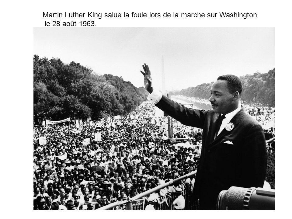 Martin Luther King salue la foule lors de la marche sur Washington le 28 août 1963.