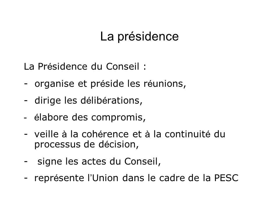 La présidence La Pr é sidence du Conseil : - organise et pr é side les r é unions, - dirige les d é lib é rations, -é labore des compromis, -veille à