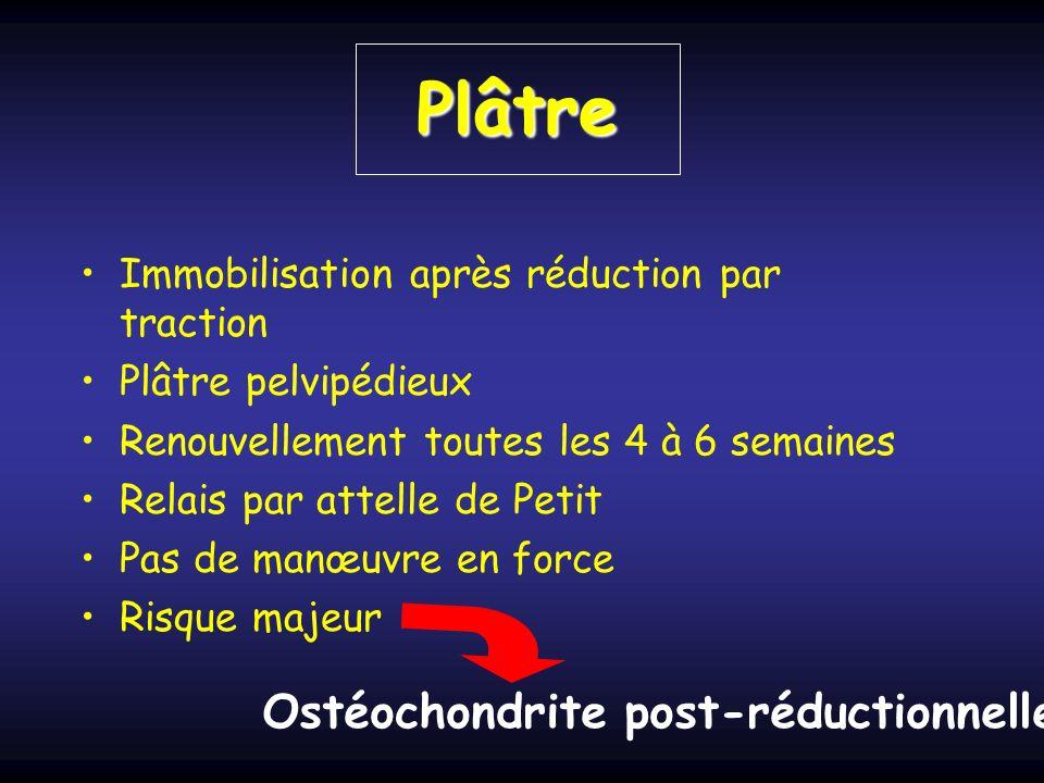 Plâtre Immobilisation après réduction par traction Plâtre pelvipédieux Renouvellement toutes les 4 à 6 semaines Relais par attelle de Petit Pas de manœuvre en force Risque majeur Ostéochondrite post-réductionnelle