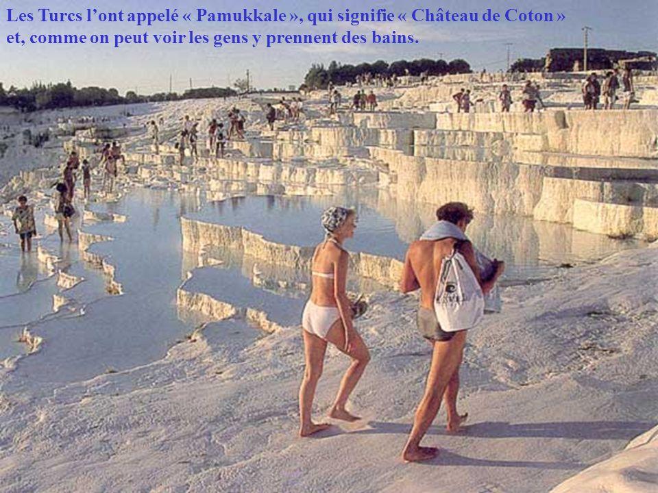 Les Turcs lont appelé « Pamukkale », qui signifie « Château de Coton » et, comme on peut voir les gens y prennent des bains.