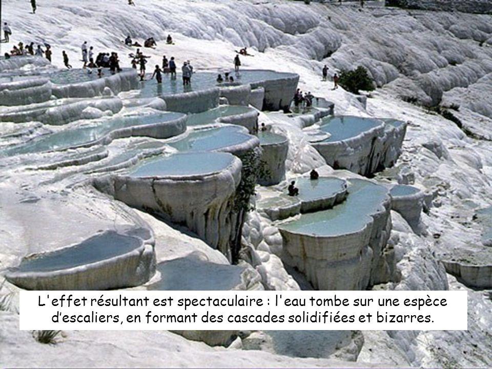 L effet résultant est spectaculaire : l eau tombe sur une espèce descaliers, en formant des cascades solidifiées et bizarres.