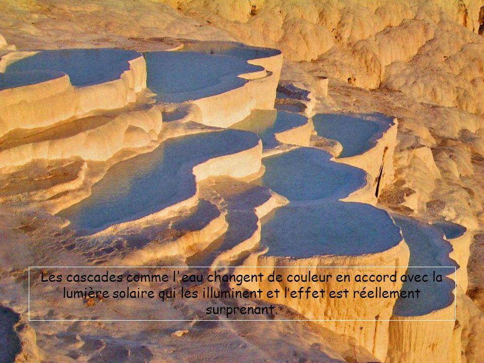 Les cascades comme l'eau changent de couleur en accord avec la lumière solaire qui les illuminent et leffet est réellement surprenant.