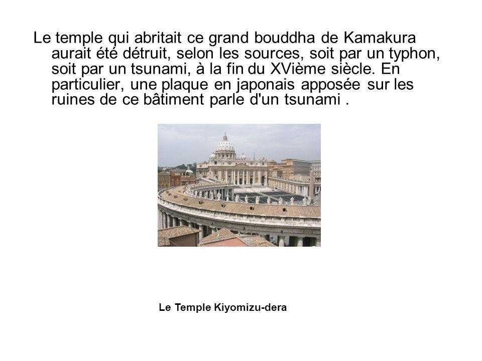 Le temple qui abritait ce grand bouddha de Kamakura aurait été détruit, selon les sources, soit par un typhon, soit par un tsunami, à la fin du XVième