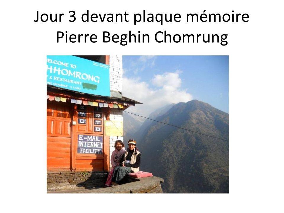 Jour 3 devant plaque mémoire Pierre Beghin Chomrung