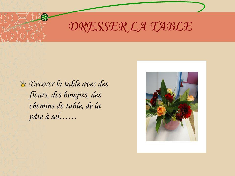 DRESSER LA TABLE Décorer la table avec des fleurs, des bougies, des chemins de table, de la pâte à sel……