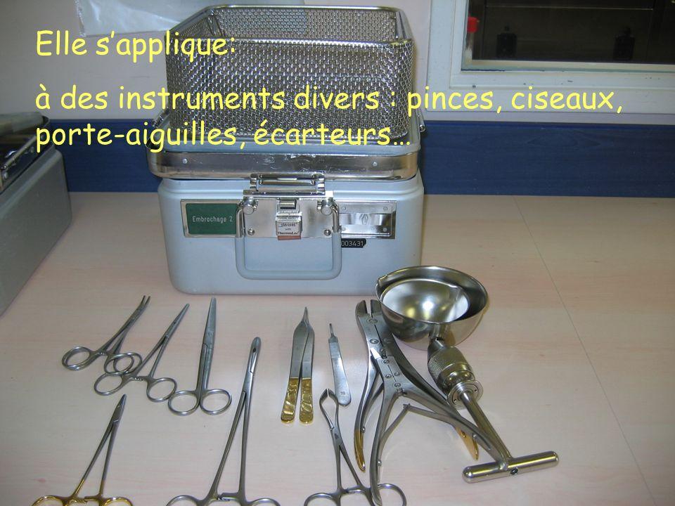 Elle sapplique: à des instruments divers : pinces, ciseaux, porte-aiguilles, écarteurs…