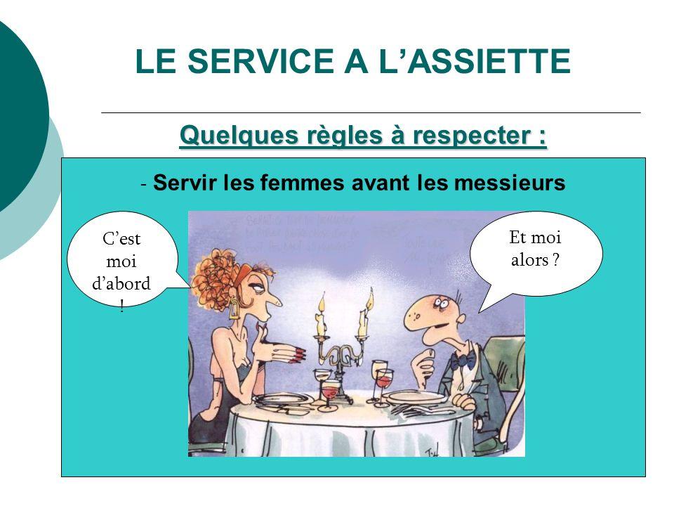 - Afin de ne pas passer le bras devant le client, on pose les assiettes à gauche avec la main gauche ou à droite avec la main droite.
