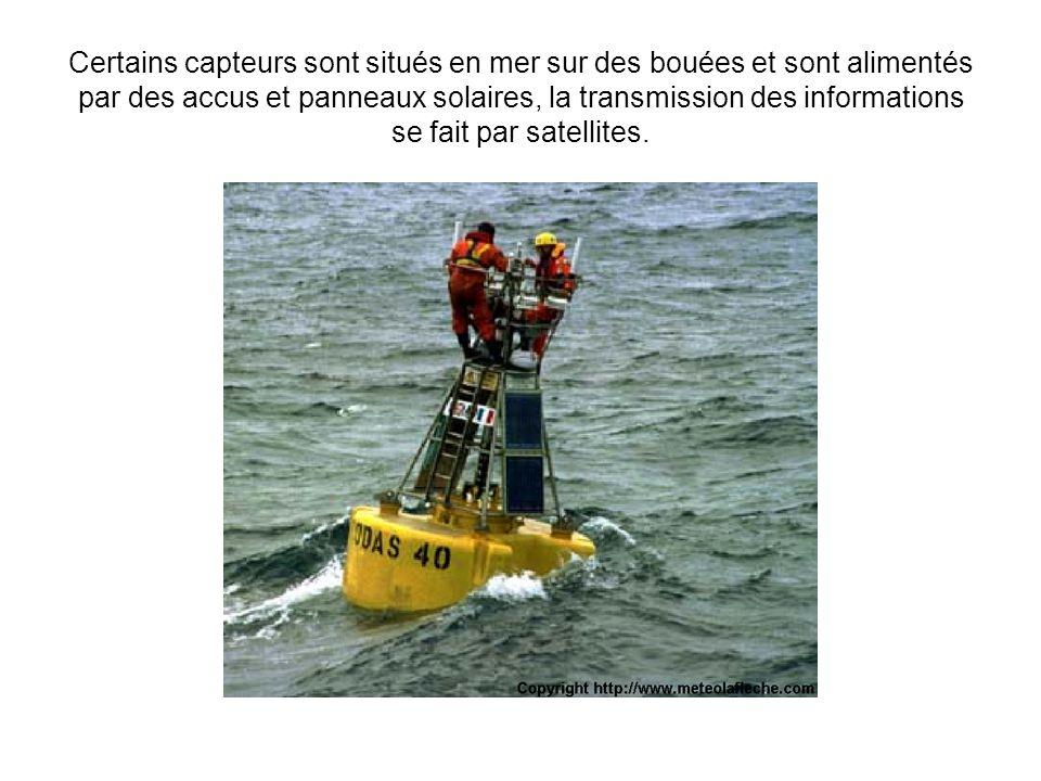 Certains capteurs sont situés en mer sur des bouées et sont alimentés par des accus et panneaux solaires, la transmission des informations se fait par