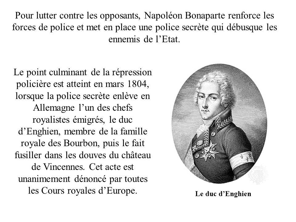 Pour lutter contre les opposants, Napoléon Bonaparte renforce les forces de police et met en place une police secrète qui débusque les ennemis de lEta