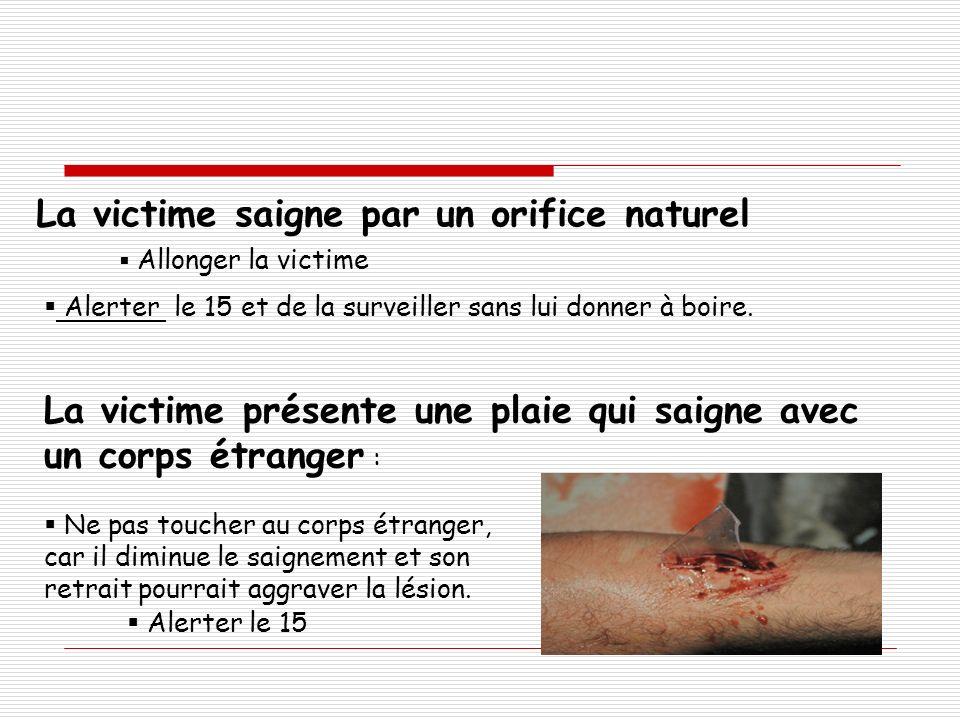 La victime présente une plaie qui saigne avec un corps étranger : Ne pas toucher au corps étranger, car il diminue le saignement et son retrait pourra