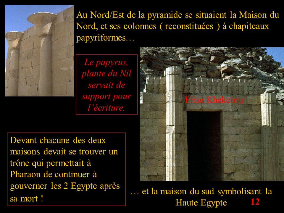12 Au Nord/Est de la pyramide se situaient la Maison du Nord, et ses colonnes ( reconstituées ) à chapiteaux papyriformes… … et la maison du sud symbo