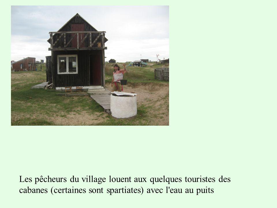 Les pêcheurs du village louent aux quelques touristes des cabanes (certaines sont spartiates) avec l eau au puits