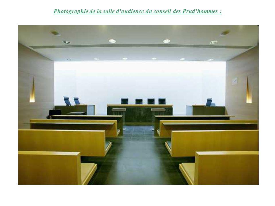 Photographie de la salle daudience du conseil des Prudhommes :