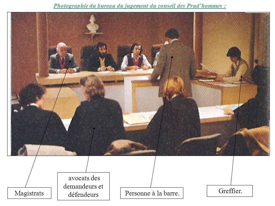 Photographie du bureau du jugement du conseil des Prudhommes : Magistrats avocats des demandeurs et défendeurs Personne à la barre. Greffier.