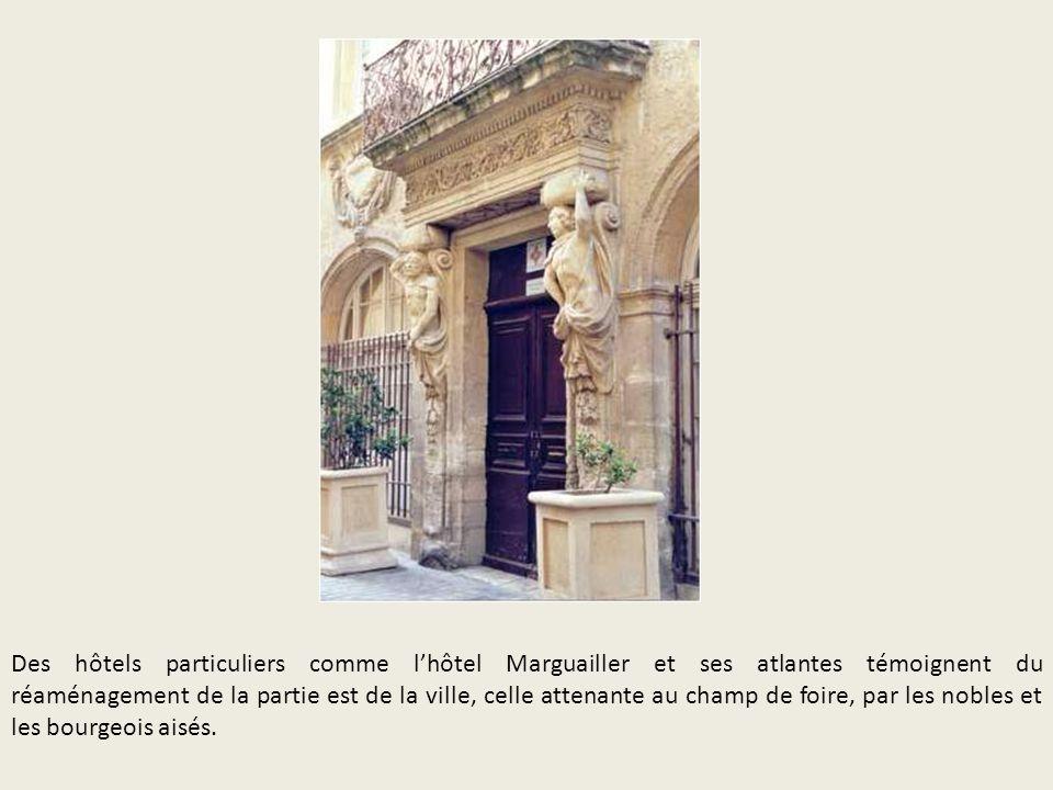 Des hôtels particuliers comme lhôtel Marguailler et ses atlantes témoignent du réaménagement de la partie est de la ville, celle attenante au champ de