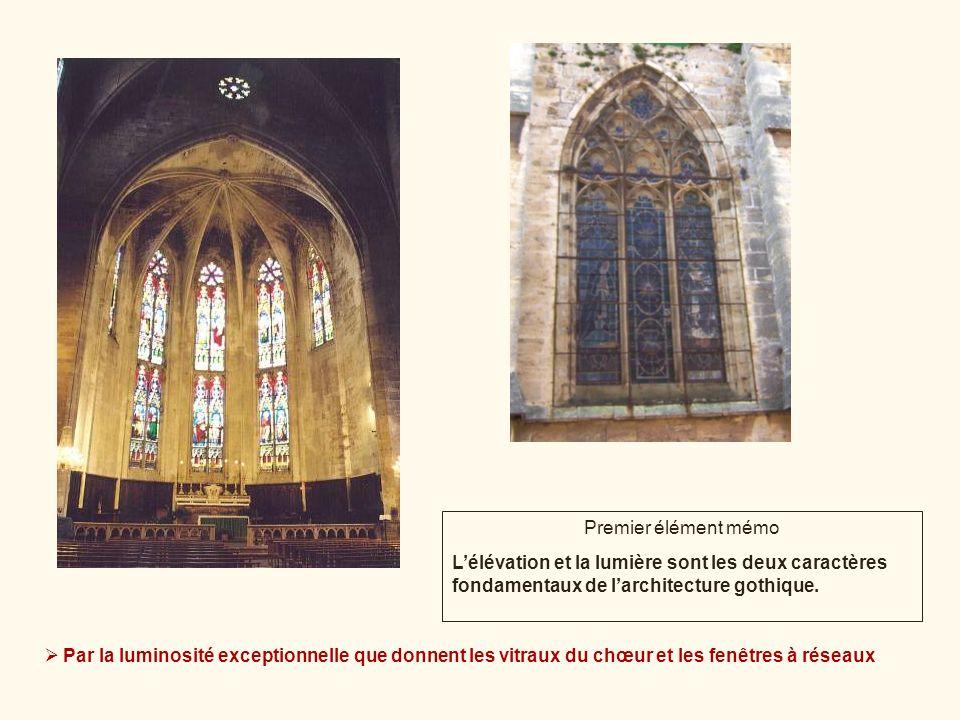 Par la luminosité exceptionnelle que donnent les vitraux du chœur et les fenêtres à réseaux Premier élément mémo Lélévation et la lumière sont les deu