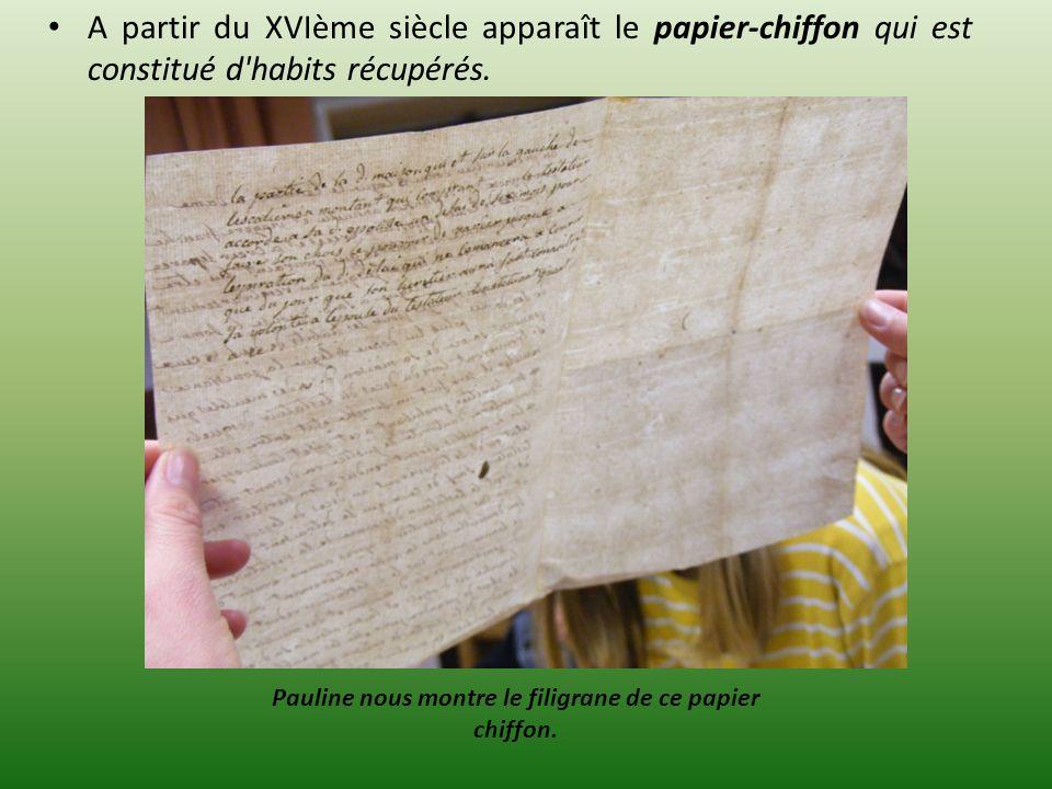 A partir du XVIème siècle apparaît le papier-chiffon qui est constitué d'habits récupérés. Pauline nous montre le filigrane de ce papier chiffon.