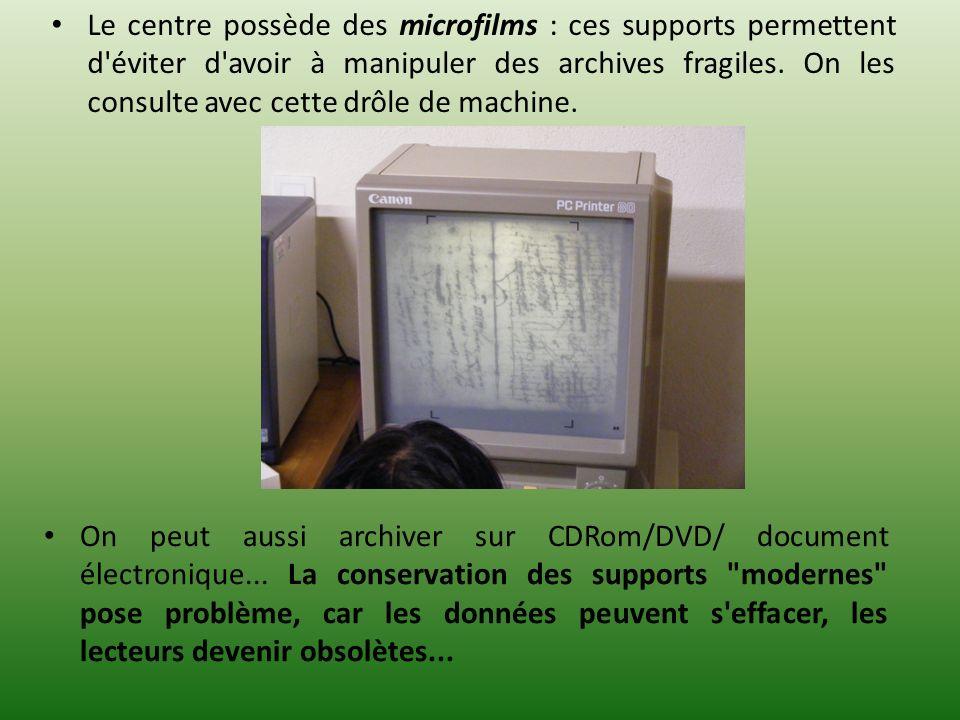 Le centre possède des microfilms : ces supports permettent d'éviter d'avoir à manipuler des archives fragiles. On les consulte avec cette drôle de mac