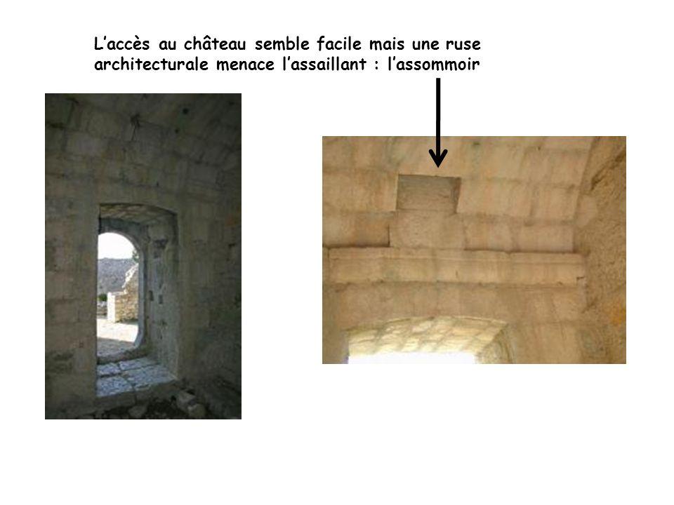 Laccès au château semble facile mais une ruse architecturale menace lassaillant : lassommoir