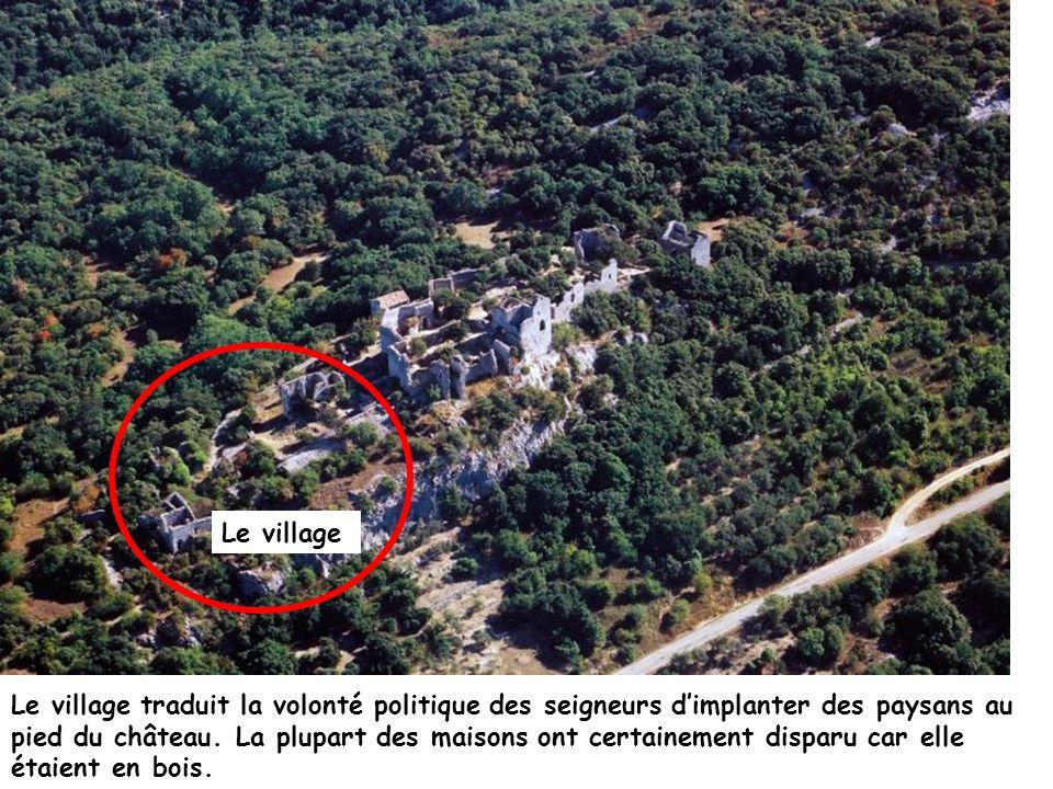 Le village Le village traduit la volonté politique des seigneurs dimplanter des paysans au pied du château. La plupart des maisons ont certainement di