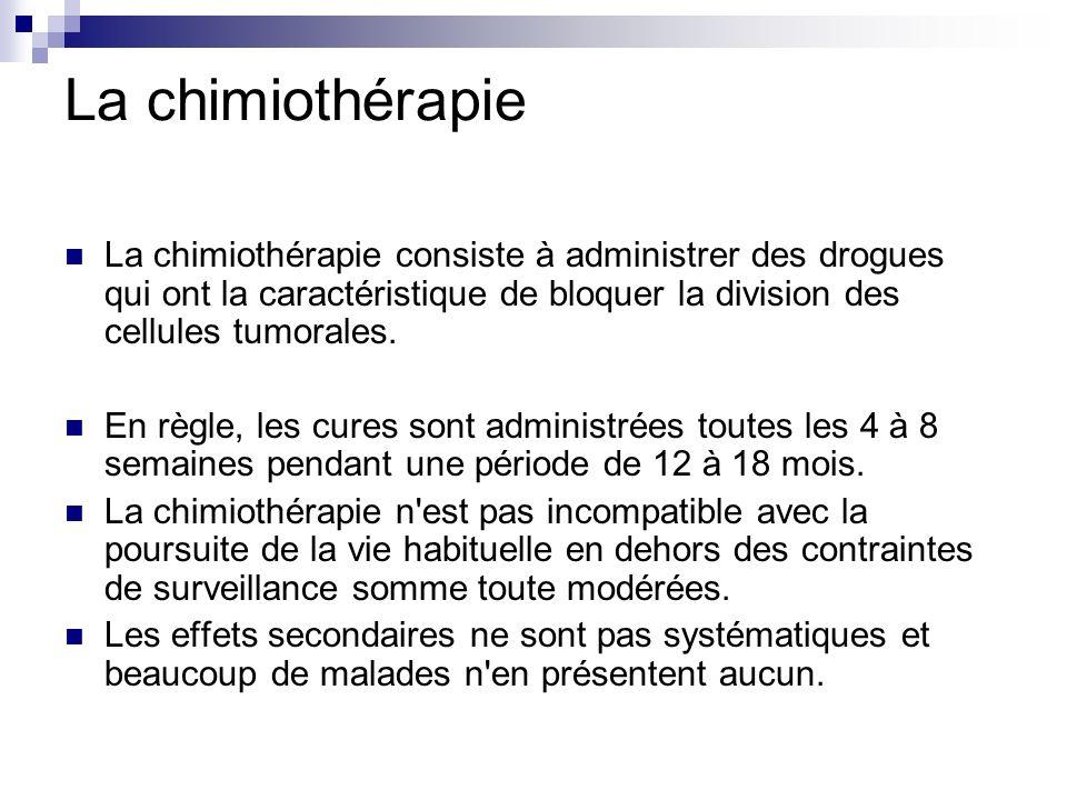 La chimiothérapie La chimiothérapie consiste à administrer des drogues qui ont la caractéristique de bloquer la division des cellules tumorales. En rè