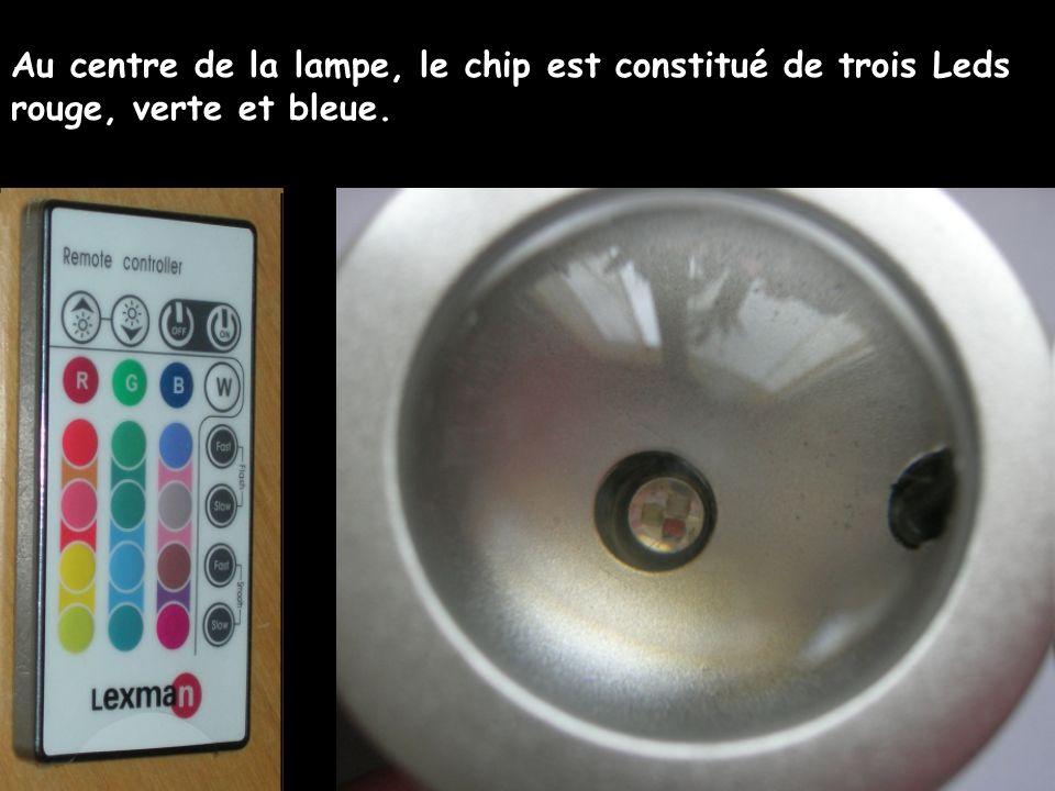 Au centre de la lampe, le chip est constitué de trois Leds rouge, verte et bleue.