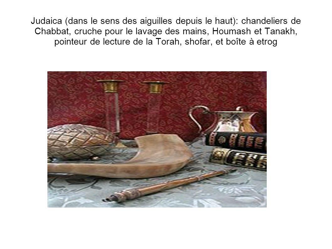 Judaica (dans le sens des aiguilles depuis le haut): chandeliers de Chabbat, cruche pour le lavage des mains, Houmash et Tanakh, pointeur de lecture d
