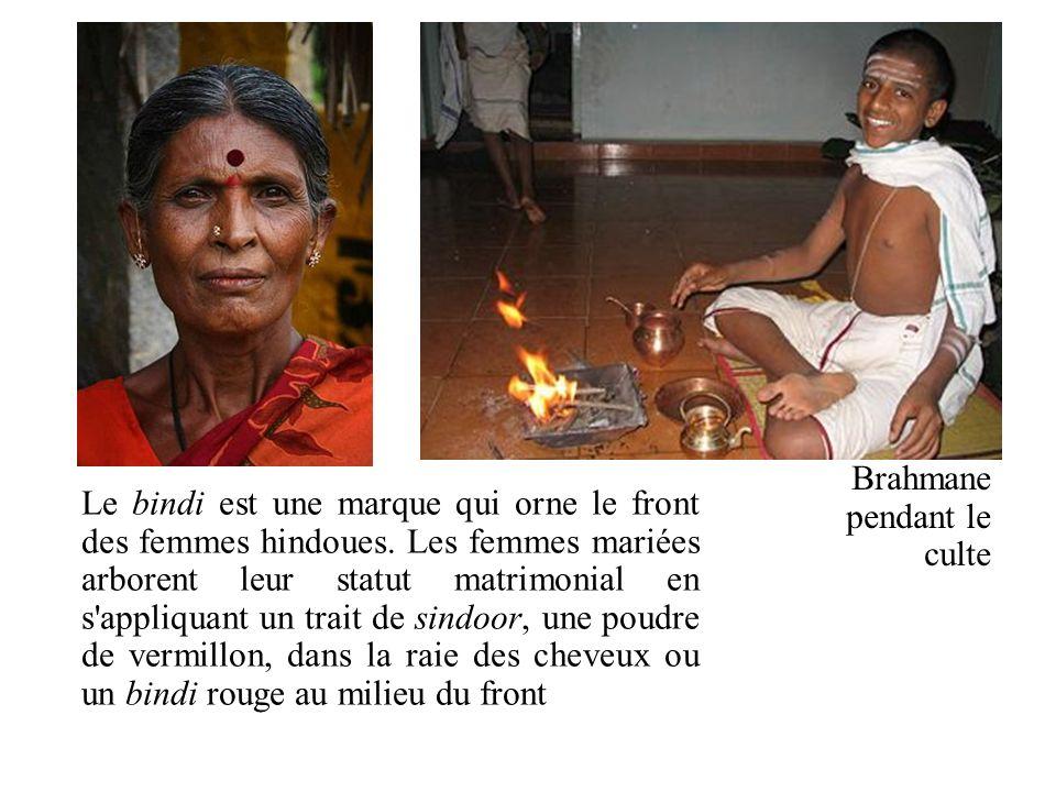 Le bindi est une marque qui orne le front des femmes hindoues. Les femmes mariées arborent leur statut matrimonial en s'appliquant un trait de sindoor
