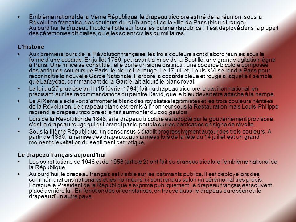 Emblème national de la Vème République, le drapeau tricolore est né de la réunion, sous la Révolution française, des couleurs du roi (blanc) et de la