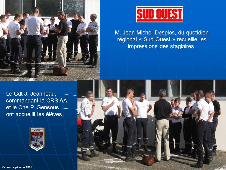 M. Jean-Michel Desplos, du quotidien régional « Sud-Ouest » recueille les impressions des stagiaires. Le Cdt J. Jeanneau, commandant la CRS AA, et le