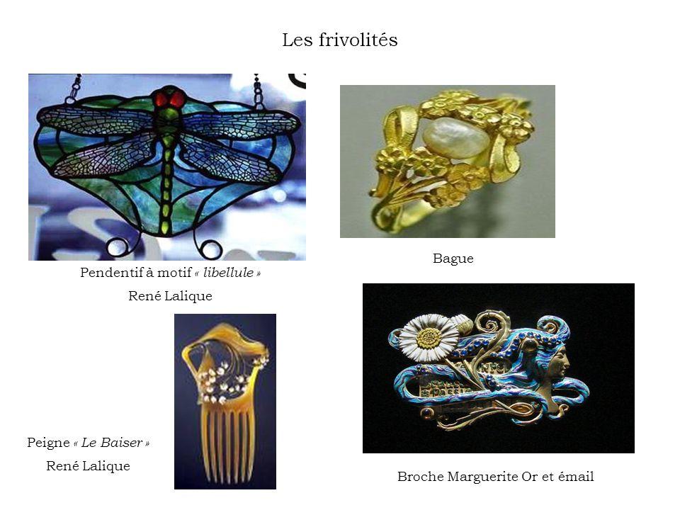Les frivolités Pendentif à motif « libellule » René Lalique Bague Broche Marguerite Or et émail Peigne « Le Baiser » René Lalique