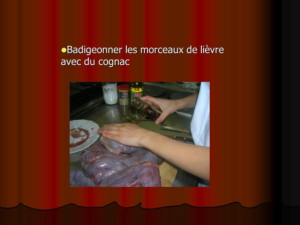 Badigeonner les morceaux de lièvre avec du cognac Badigeonner les morceaux de lièvre avec du cognac