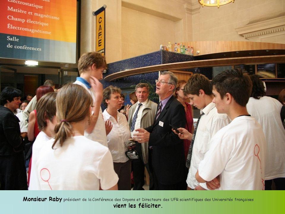 Monsieur Raby président de la Conférence des Doyens et Directeurs des UFR scientifiques des Universités françaises vient les féliciter.