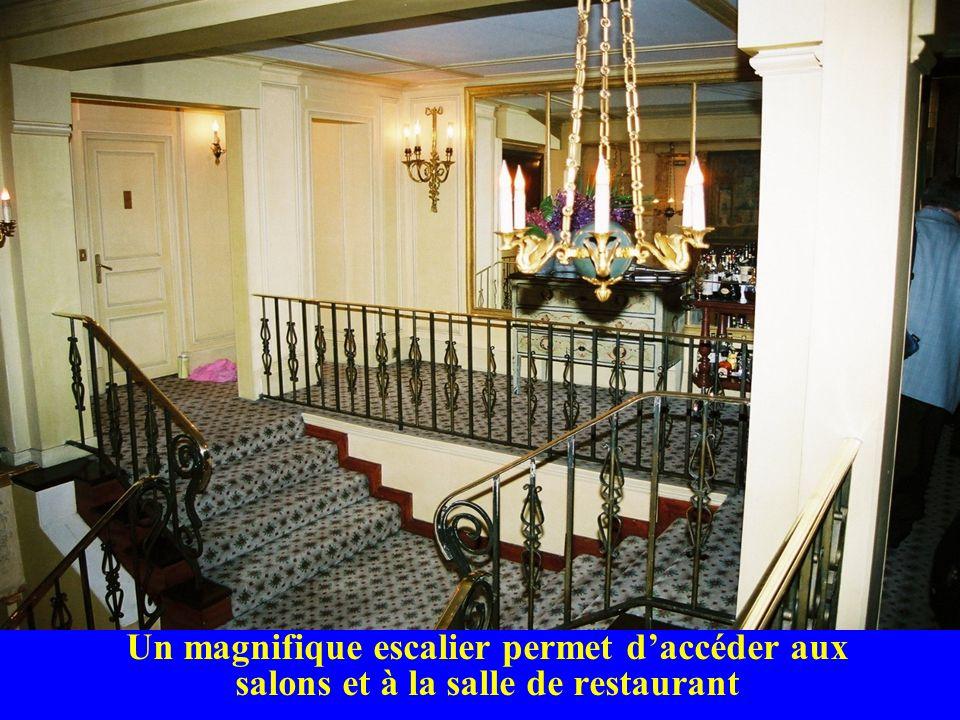 Un magnifique escalier permet daccéder aux salons et à la salle de restaurant