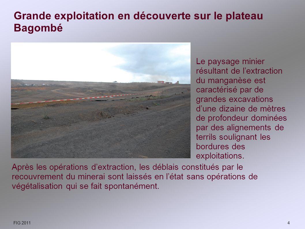 Le paysage minier résultant de lextraction du manganèse est caractérisé par de grandes excavations dune dizaine de mètres de profondeur dominées par d