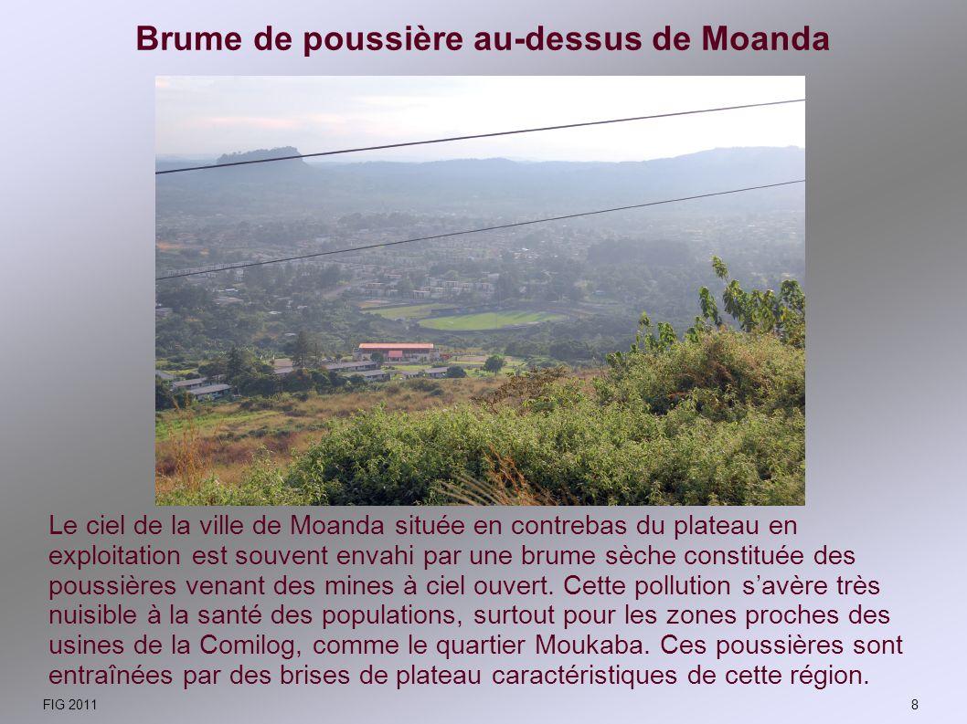 Brume de poussière au-dessus de Moanda Le ciel de la ville de Moanda située en contrebas du plateau en exploitation est souvent envahi par une brume s