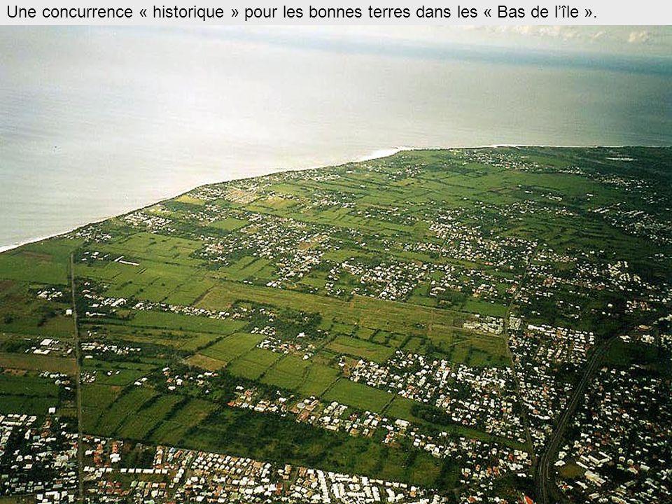 Côte sous le vent des alizés mais au vent des flux économiques Volcan Parc national de la Réunion St-Benoît St-Denis Le Tampon St- Pierre St- Louis St-Paul St- Joseph Au vent des alizés mais sous le vent des flux...