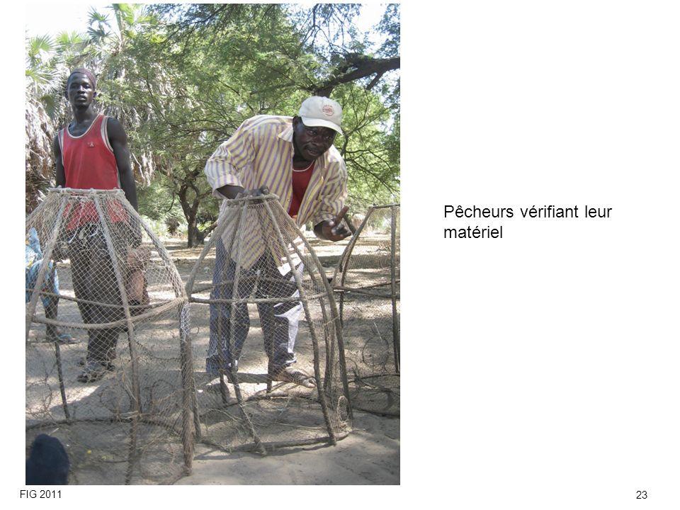 Pêcheurs vérifiant leur matériel FIG 2011 23
