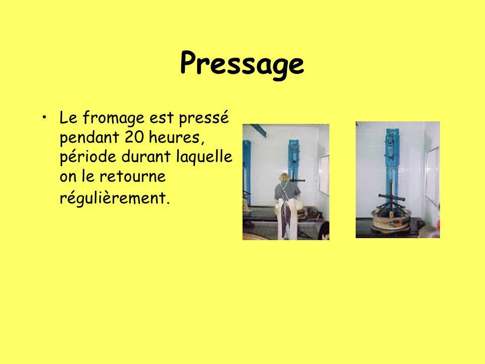 Pressage Le fromage est pressé pendant 20 heures, période durant laquelle on le retourne régulièrement.