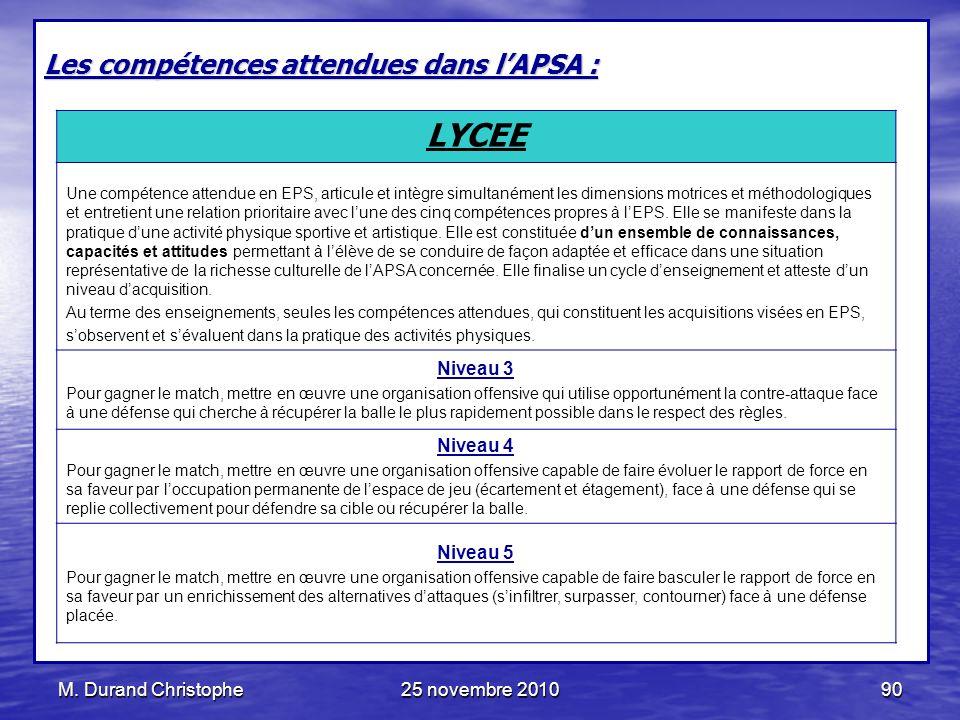 M. Durand Christophe25 novembre 201090 Les compétences attendues dans lAPSA : LYCEE Une compétence attendue en EPS, articule et intègre simultanément