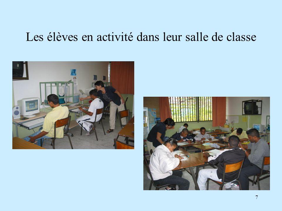 7 Les élèves en activité dans leur salle de classe