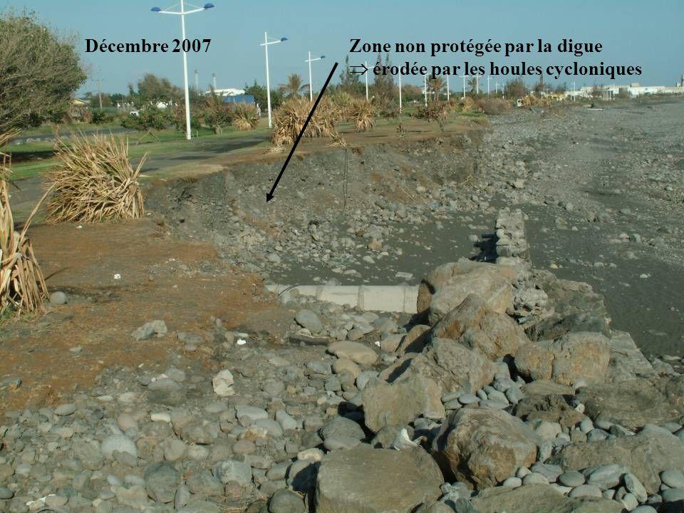 Zone non protégée par la digue érodée par les houles cycloniques Décembre 2007